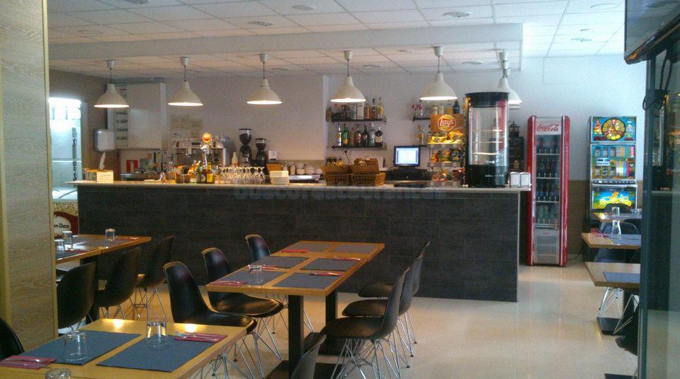 Salón y barra del Restaurante A la Cazuela de Viladecans