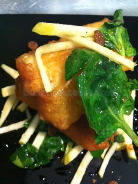 Bacallà en tempura de mel amb espinacs