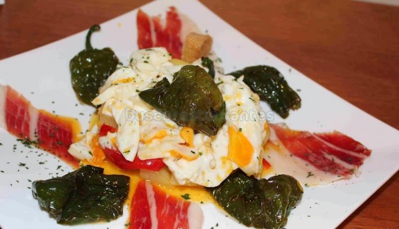 huevos rotos con jamón ibérico y pimientos
