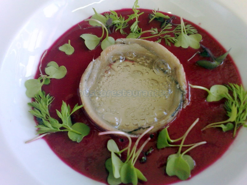Gazpacho de remolacha, sardina marinada y cava sólido