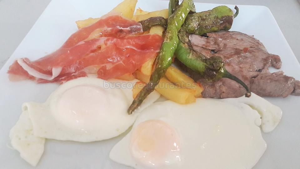 Huevos, patatas, solomillo ibérico, pimientos fritos y jamón ibérico