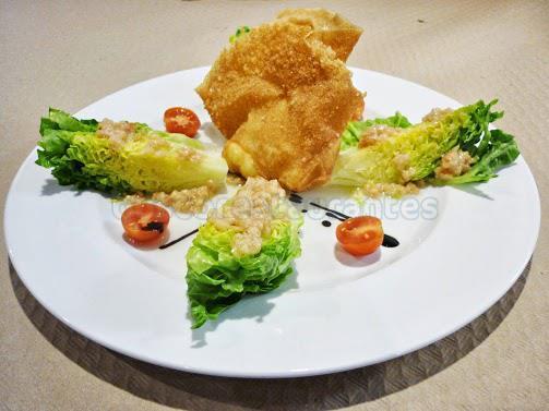 Ensalada de cogollos con saquito crujiente de queso de cabra y vinagreta de frutos secos y membrillo