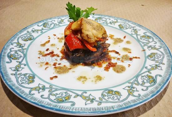 torre de verduras con polvo de ibéricos y salsa de albahaca