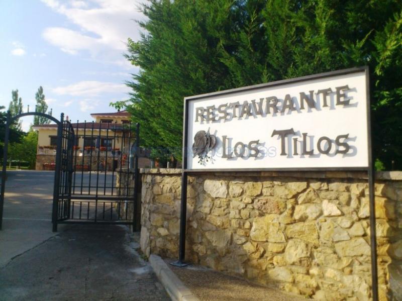 LOS TILOS, acceso restaurante.