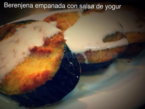 Berenjena empanada con salsa de yogur