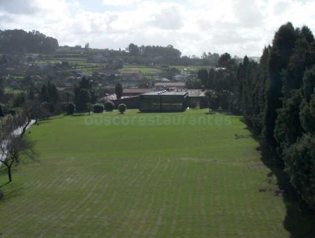 Vista aérea de los jardines y salón principal