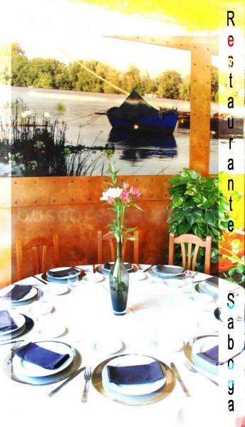 Mesa redonda de restaurante.