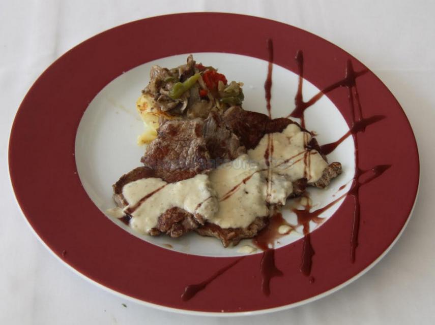 Escalopines de solomillo de ternera con salsa de setas y milhojas de patata