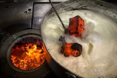 Cuajada quemada con piedras candentes