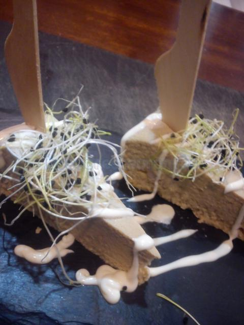 Pastel de merluza con gambas y brotes de ajo